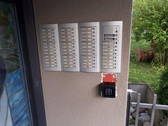 Kloten, Swiss: Черная коробочка, где нужно ввести код для открытия подъезда
