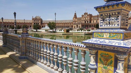 La Casa del Pozo Santo: plaza de Espana