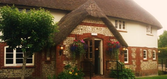 Piddlehinton, UK: Thatched porch with stream running under