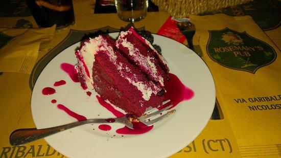 Nicolosi, Italy: Fetta di Red Velvet. Molto dolce e buonissima, ve la consiglio!