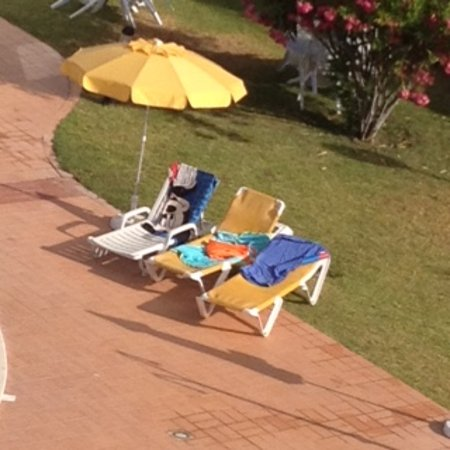 Complexo Eden Vilage : It's a shame people feel it necessary to reserve sun beds and not use them for hours!!!!
