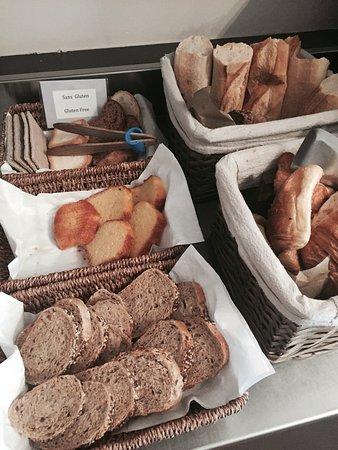 Hotel de la Porte Doree : Our different breads