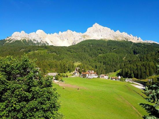 Obereggen, Italia: Vista dalla camera'hotel verso il Latemar