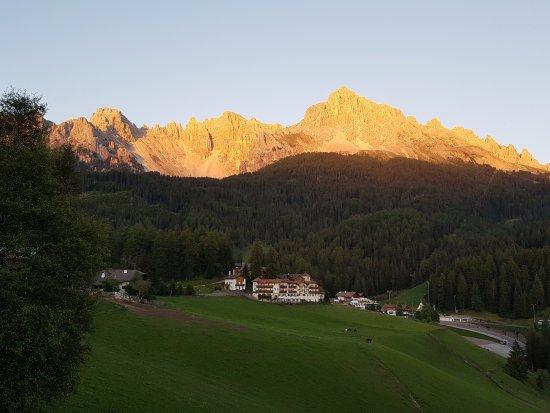 Obereggen, Italia: Vista del Latemar al tramonto dalla terrazza bar.