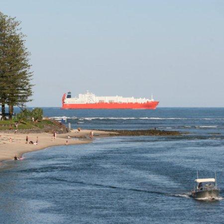 Caloundra, Australien: Ships passing very close to the shore