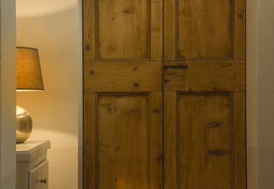 Gualdo Tadino, Italia: Particolare porta antica restaurata