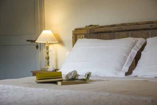 Gualdo Tadino, Italia: Particolare di camera con testiera del letto realizzata grazie al recupero dell'antico portone
