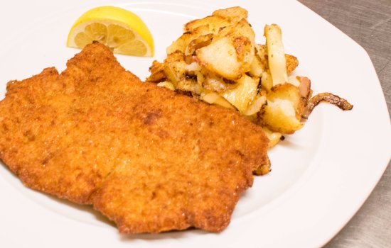 Glyfada, Grèce : Our traditional, original, best served schnitzel. Tell us what you think up close.