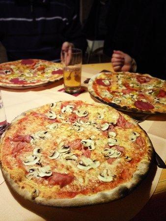 Шнайттах, Германия: Pizza mit Schinken und Champignons
