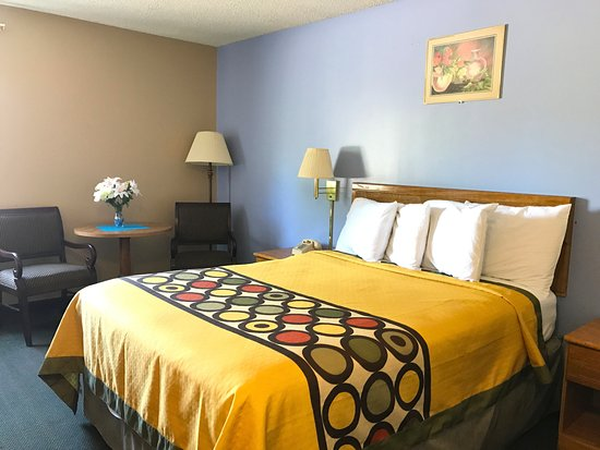 West Frankfort, IL: One Queen Bed