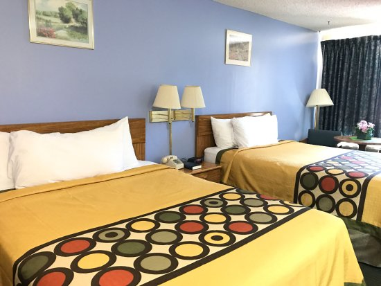 West Frankfort, IL : Two Queen Beds