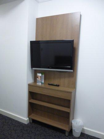 Quality Hotel Ambassador Perth: 壁掛けのテレビ