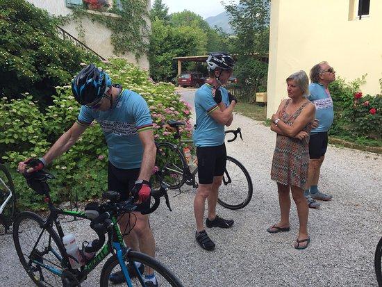 Saint-Jean-en-Royans, Frankrijk: Pre ride chat with Teresa.