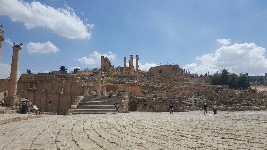 Ruines de Gérasa : The Southern Theater from far