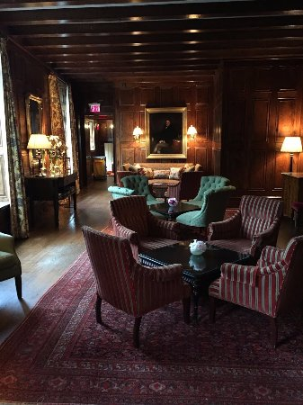 Old Edwards Inn and Spa: Sitting room and lounge in hotel.