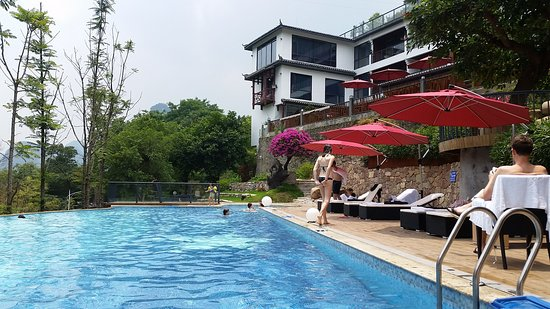 Li River Resort: Relaxing by the pool