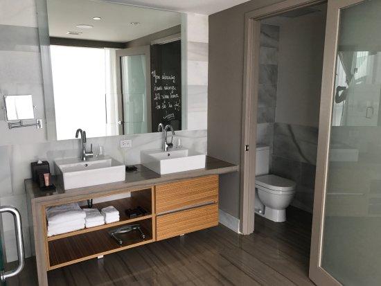 vaso com bid em ambiente com porta separado do banheiro