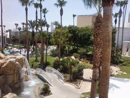 Tropicana Las Vegas - A DoubleTree by Hilton Hotel : Grounds outside Beach Cafe
