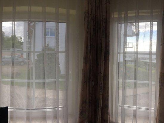 """Hotel Waterkant: Das wird als """"Zimmer mit Seeblick"""" bezeichnet - im letzten von 5 Fensterelementen mit Straßensic"""