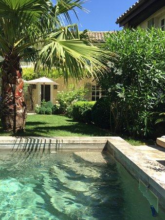 Mouries, France: le jardin magnifique et sa superbe piscine.