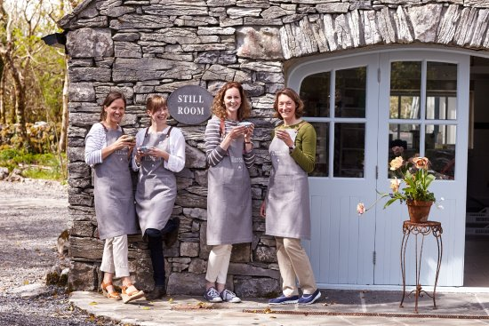 Carran, Irlandia: Burren Perfumery staff outside of the Still Room