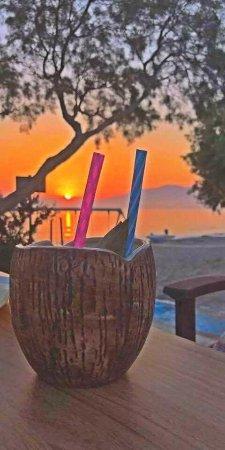 Kalamaki, Grekland: Pinacolada cocktail during sunset
