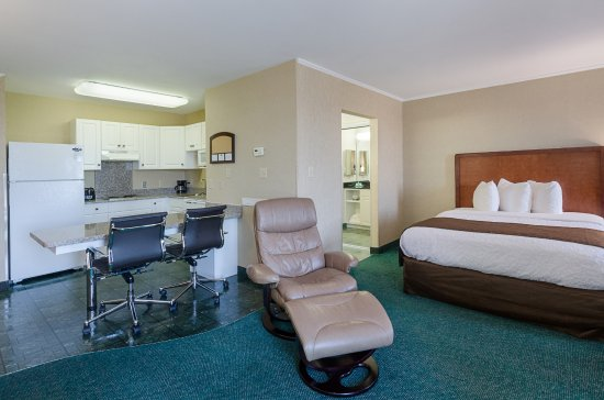 MainStay Suites Airport : Studio Suite with King bed