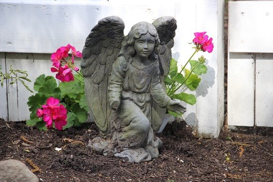 Westford, MA: Sweetly welcoming angel in the Fletcher Tavern B&B Labyrinth.