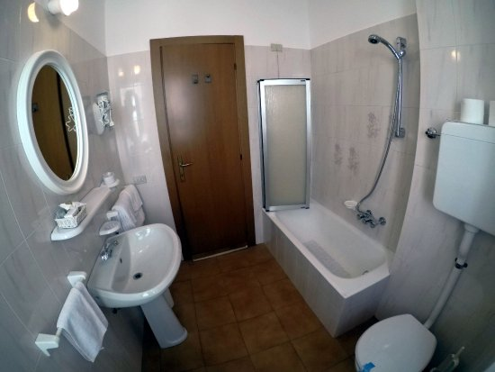 I bagni con vasca - Foto di Ristorante Combolo, Teglio - TripAdvisor