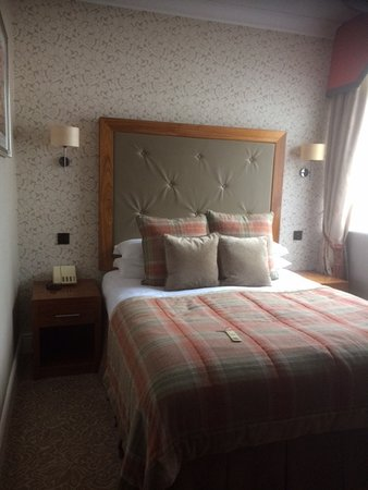 Borrowdale, UK: View of bedroom to show restricted size - only just enough room for a double bed and a side tabl