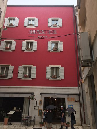 Marmont Hotel Heritage: The pinky-red color of the hotel made it easy to find in the old city.
