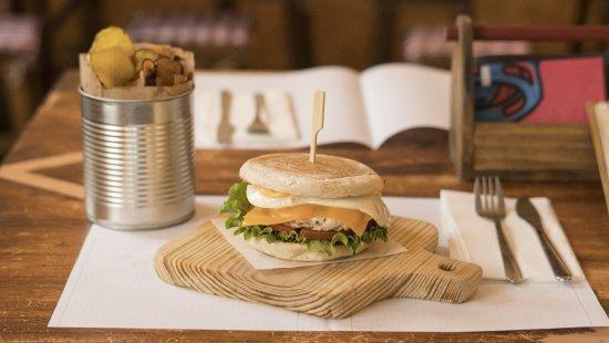 Lousa, โปรตุเกส: Hambúrguer de Frango especial em bolo do caco.