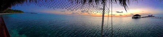 Medhufushi Island: Sunset from the bar