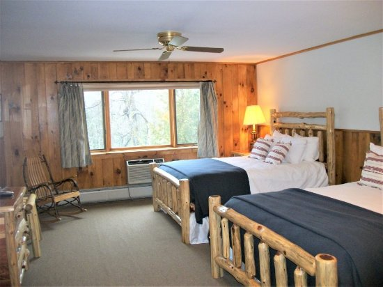 North River, NY: This generous, airy room has two queen size beds. It also features a jacuzzi bathtub.