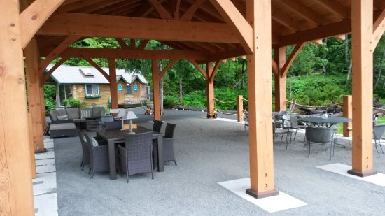 Sunshine Coast, Kanada: comfy seating, firepit behind, shower block at rear