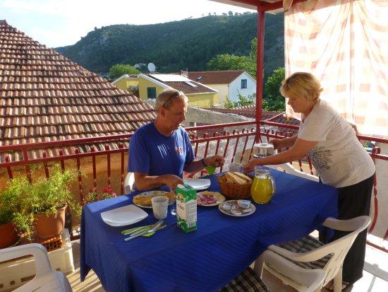 Skradin, Kroatië: breakfast served on balcony