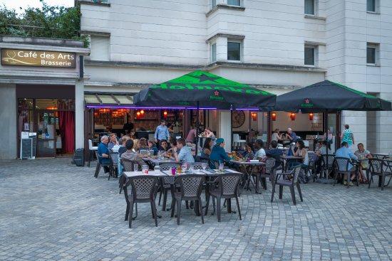 Montigny-le-Bretonneux, France: la terrasse sur une place piétonne