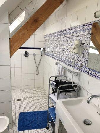 Manderscheid, Alemania: Tolles Bad in der Schräge. Barrierefrei, Regendusche. Schöne Fliesen. Moderne Armaturen. Viel Li
