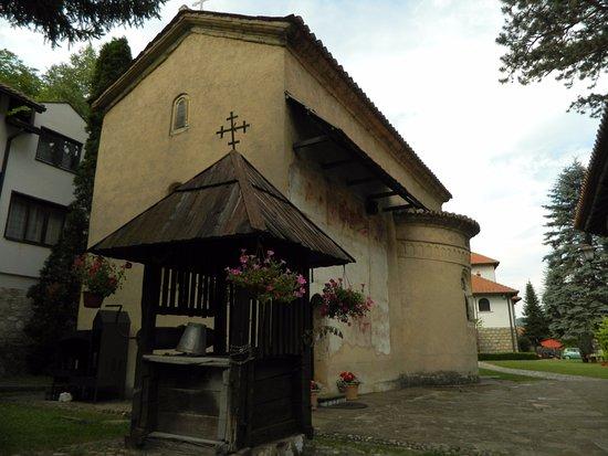 צ'אצ'אק, סרביה: Bunar ispred crkve