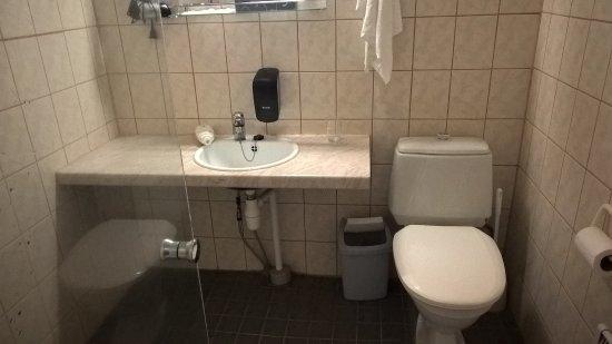 Mantta, Finlandia: Vaatimaton kylpyhuone