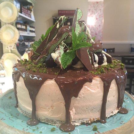 Lisnaskea, UK: Pistachio Drip Cake | Gin & Lime Cupcakes