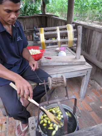 Kampong Thom, Camboya: Demonstrating part of the process of obtaining the silk