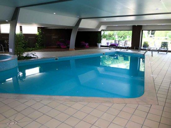 Maison Tirel-Guerin : La piscine intérieure (chauffée) et le jacuzzi