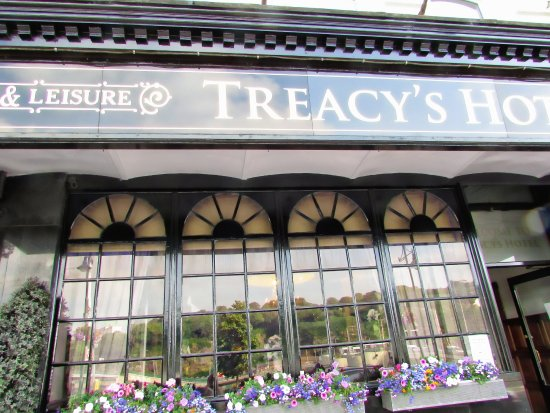 Treacys Hotel Waterford: BEAUTIFULLY KEPT HOTEL WITH FLOWER BOXES