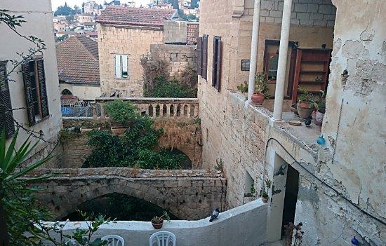 Fauzi Azar Inn by Abraham Hostels: Open space between rooms