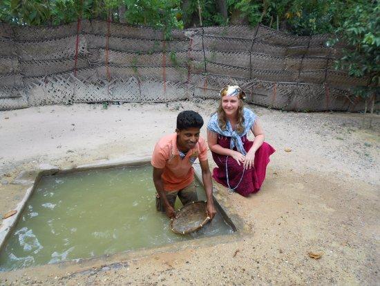 Kalutara, Sri Lanka: Вымывают драгоценные камушки и лунный камень