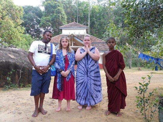 Kalutara, Sri Lanka: Буддийский храм, маленький монах и наш гид Маду
