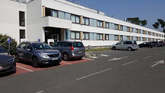Novotel Bordeaux Aeroport: Squat de place de rechargement réservé aux véhicules électriques par des voitures à carburant.