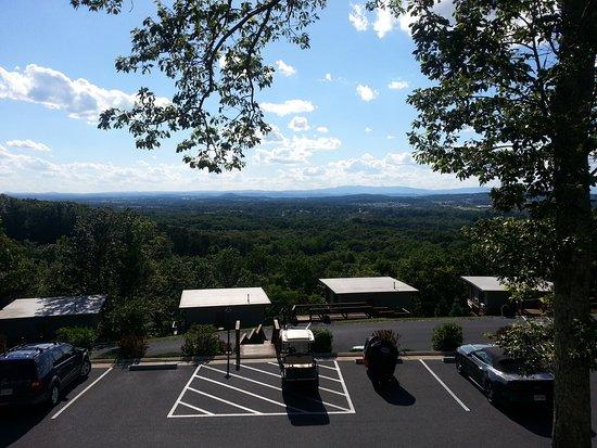 Waynesboro, VA: Beautiful views here at the Iris Inn, both inside and out.