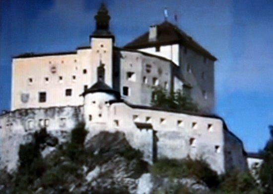 Schloss Tarasp: die mächtige Burg heute ein Schloß
